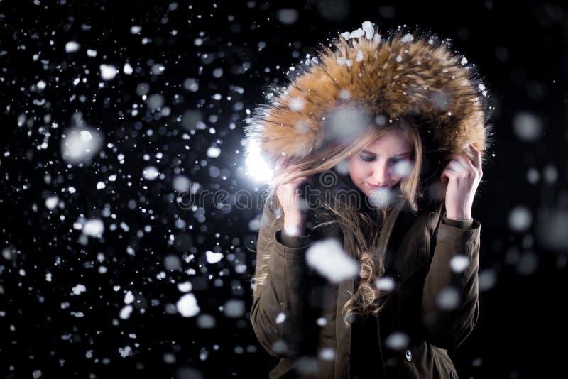 Muchacha de la moda en nieve fotografía de archivo libre de regalías