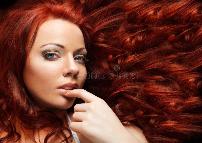 Muchacha de la moda. Maquillaje hermoso y pelo sano fotografía de archivo libre de regalías