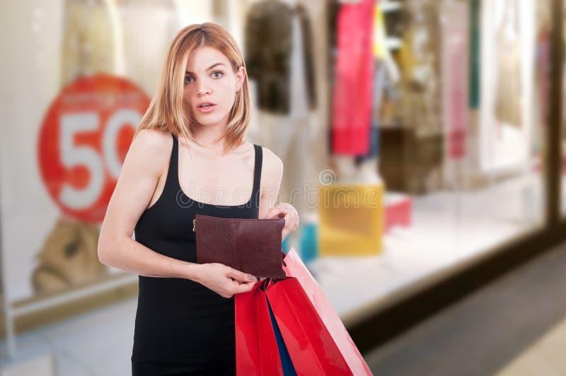 Muchacha de la moda que sostiene bolsos de la cartera y del regalo fotos de archivo