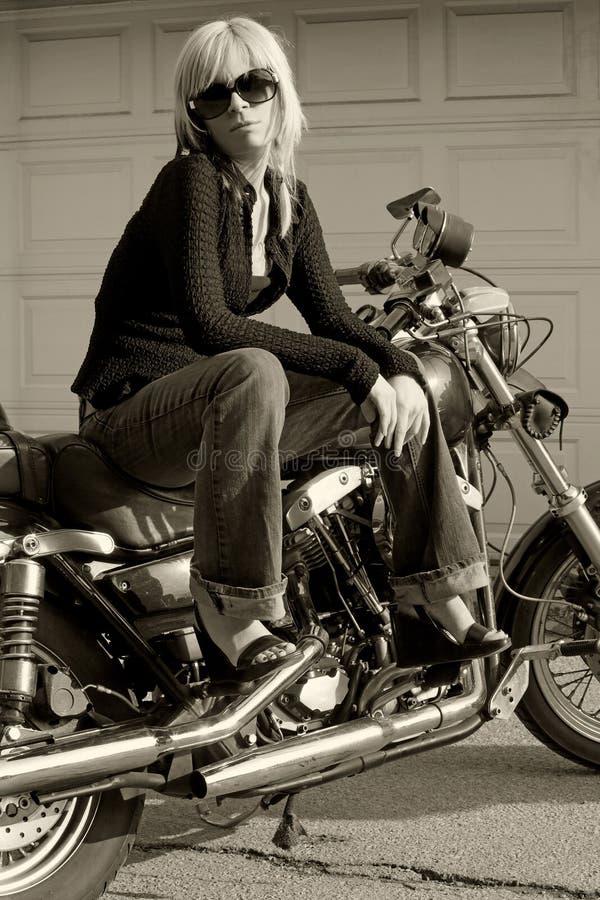 Muchacha de la motocicleta imagenes de archivo
