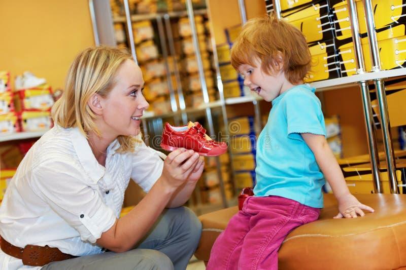 Muchacha de la mujer y del niño que hace compras fotos de archivo libres de regalías