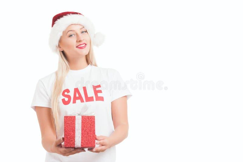 muchacha de la Navidad en sombrero del ` s de Papá Noel con el regalo fotografía de archivo libre de regalías