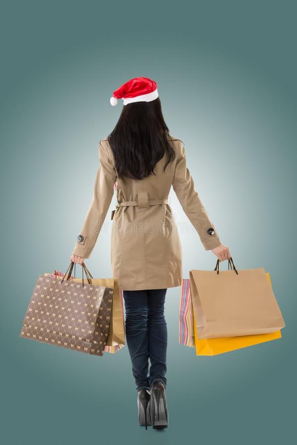 Muchacha de la Navidad que sostiene bolsos de compras fotografía de archivo libre de regalías