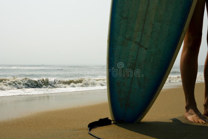 Muchacha de la persona que practica surf foto de archivo