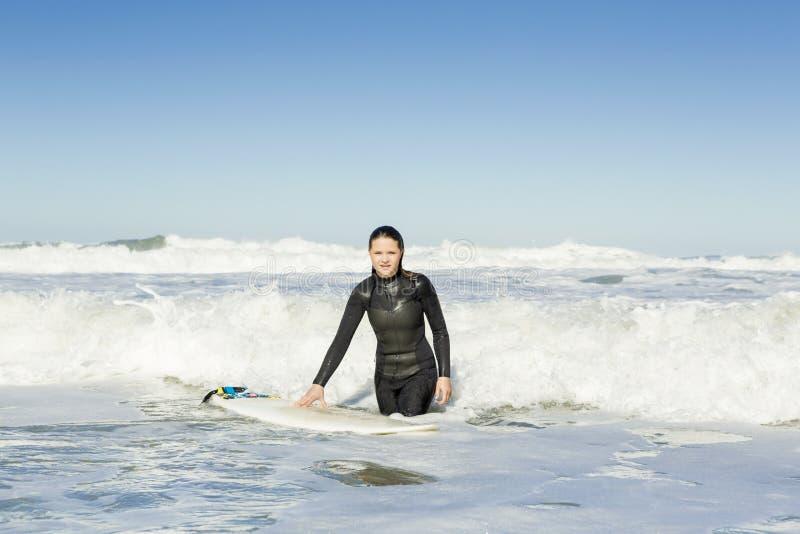Muchacha de la persona que practica surf fotografía de archivo libre de regalías
