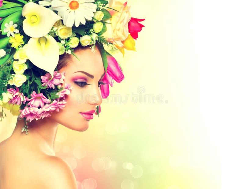 Muchacha de la primavera con las flores foto de archivo