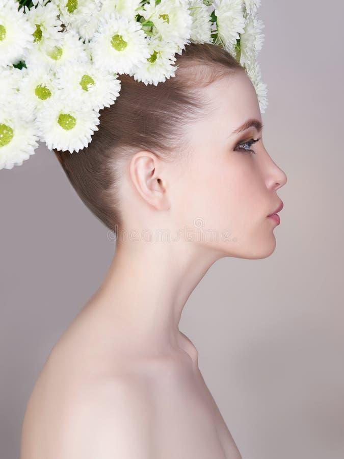 muchacha de la primavera de la belleza con la guirnalda de la manzanilla imágenes de archivo libres de regalías