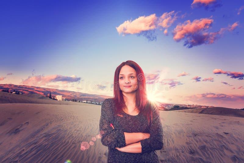 Muchacha de la puesta del sol en el desierto fotos de archivo libres de regalías