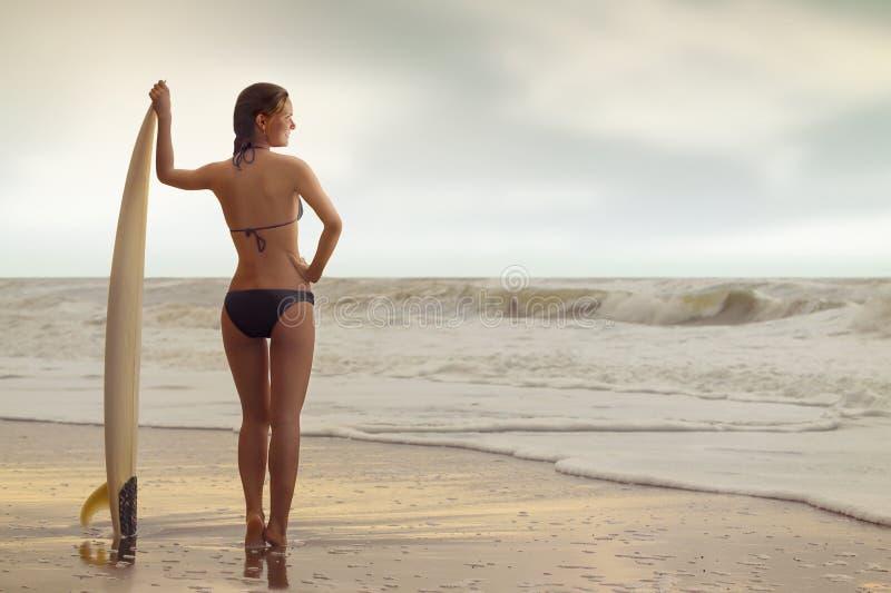 Muchacha de la resaca en la playa imágenes de archivo libres de regalías