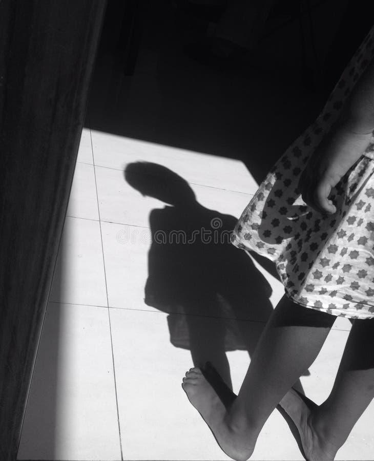 Muchacha de la sombra fotografía de archivo