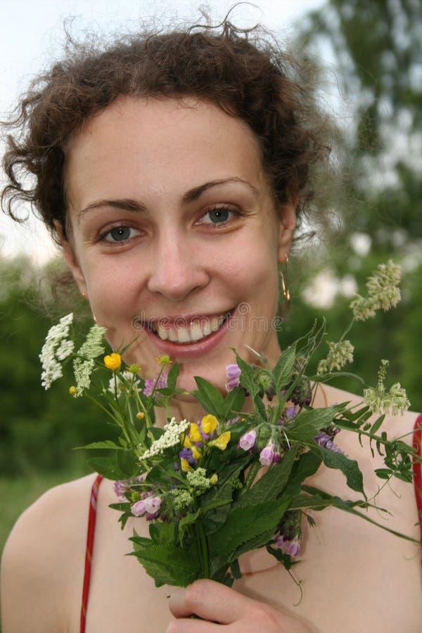 Muchacha de la sonrisa con campestre imagen de archivo libre de regalías
