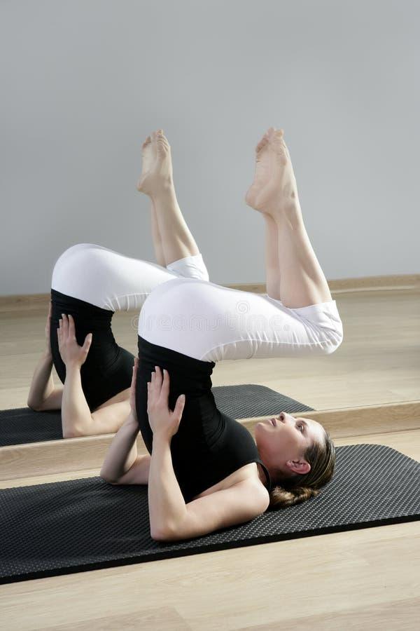 Muchacha de la yoga de la gimnasia del deporte del espejo de la mujer de la aptitud de los aeróbicos fotografía de archivo