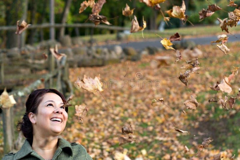 Muchacha de las hojas que cae fotografía de archivo
