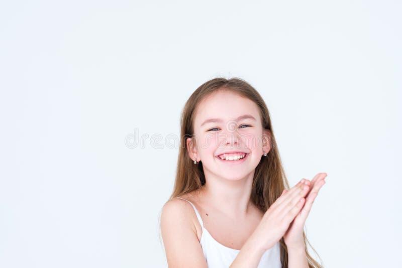 Muchacha de las manos del niño alegre feliz de la emoción que aplaude foto de archivo