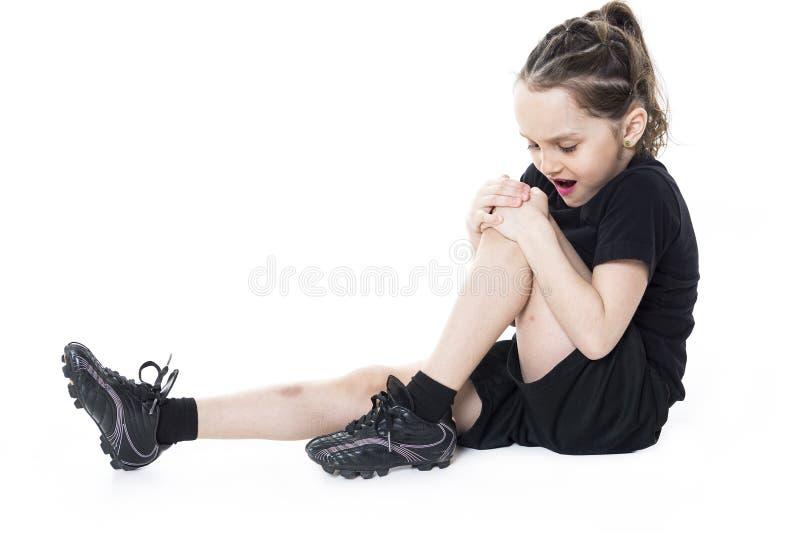 Muchacha de lesión con el balón de fútbol aislado en blanco fotografía de archivo