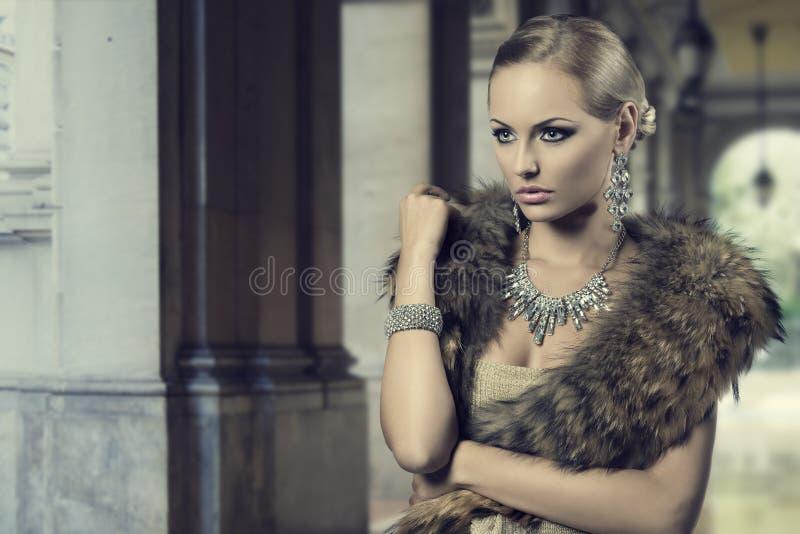 Muchacha de lujo de la moda fotografía de archivo libre de regalías