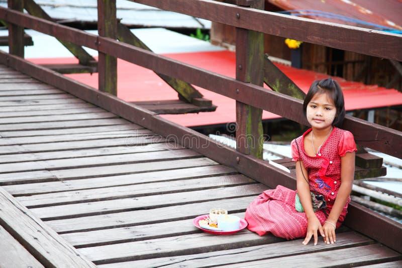 Muchacha de lunes en el puente de madera fotografía de archivo