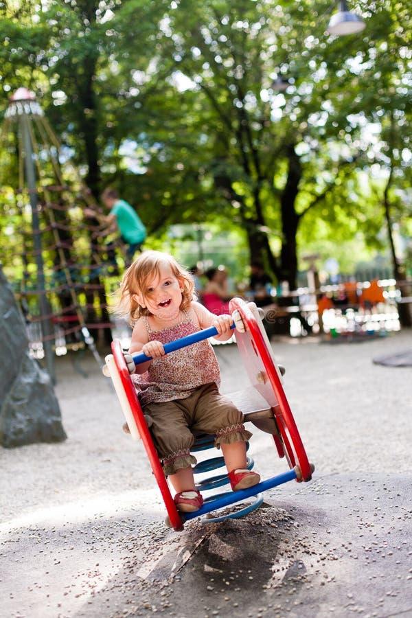 Muchacha de 16 meses que juega en patio fotos de archivo libres de regalías