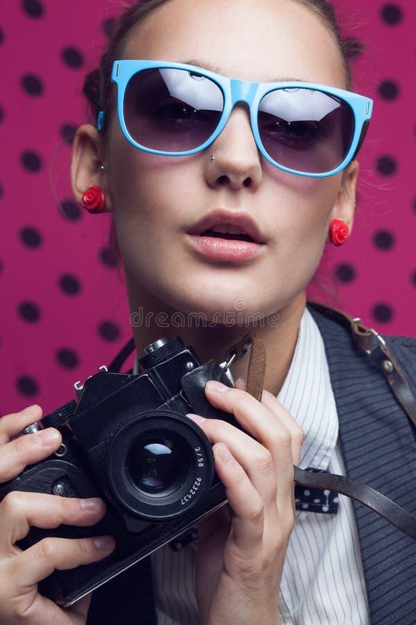 Muchacha de moda con la cámara vieja fotos de archivo libres de regalías