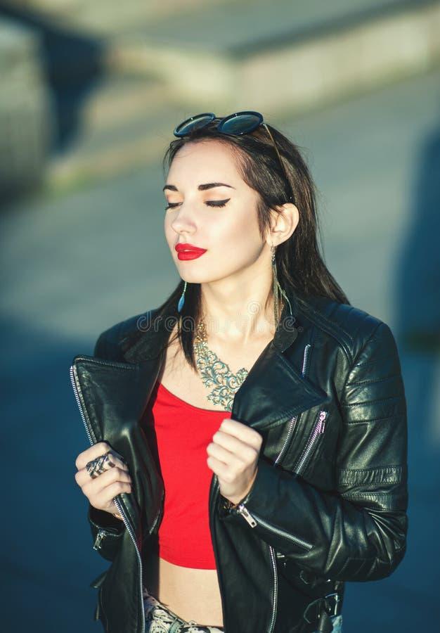 Muchacha de moda del inconformista hermoso de la moda en la chaqueta de cuero imagen de archivo libre de regalías