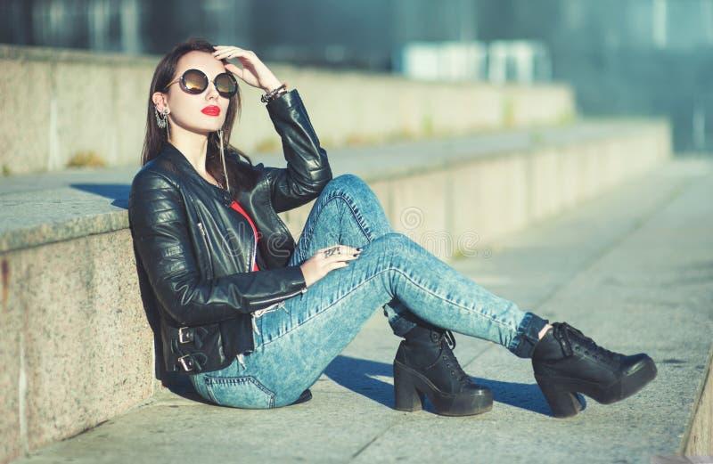 Muchacha de moda del inconformista hermoso de la moda en gafas de sol fotos de archivo libres de regalías
