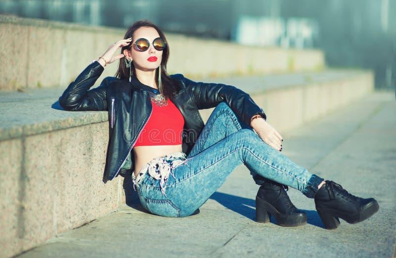 Muchacha de moda del inconformista hermoso de la moda en gafas de sol fotos de archivo
