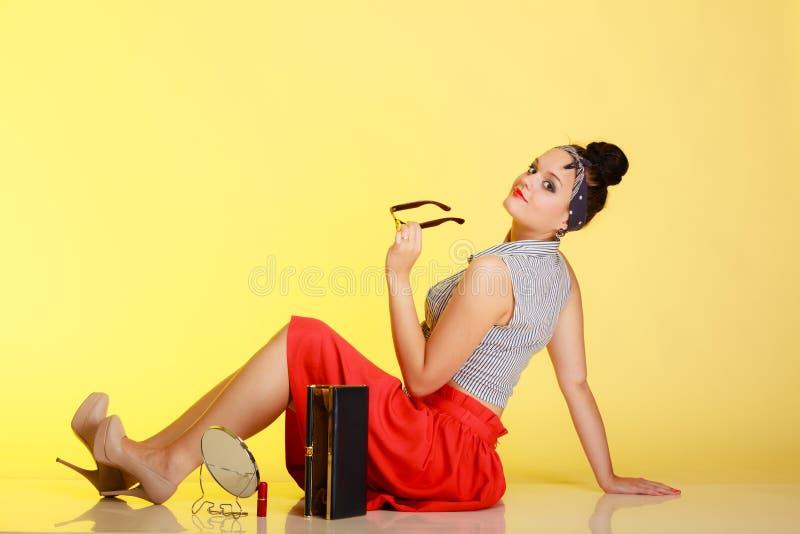 Muchacha de moda del perno-para arriba con los vidrios y el bollo imagen de archivo