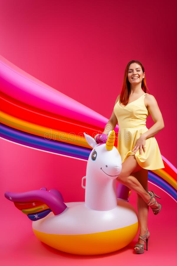 Muchacha de moda del verano, rosa y humor alegre foto de archivo libre de regalías