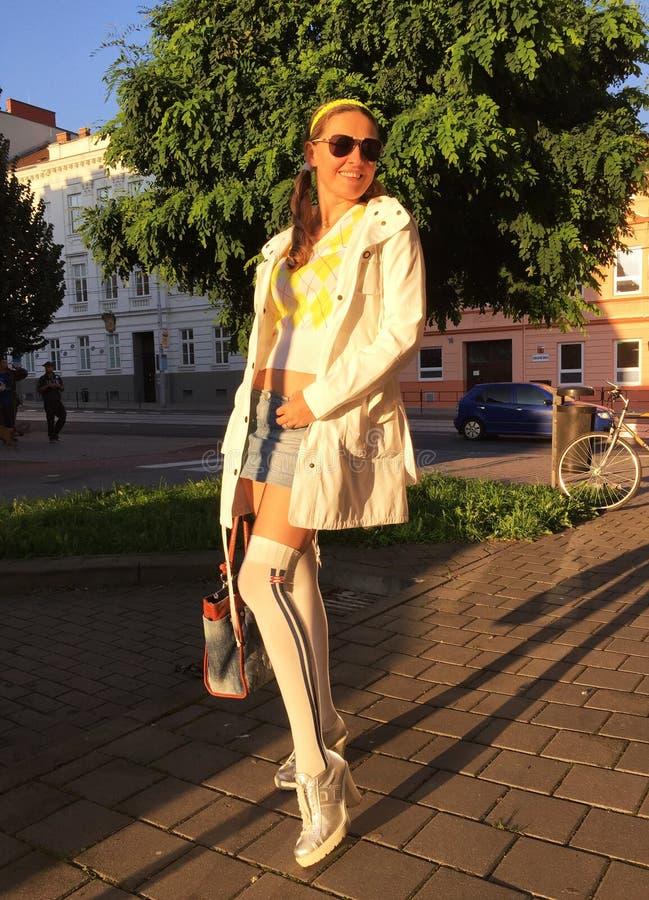 Muchacha de moda hermosa en una calle de la ciudad fotos de archivo