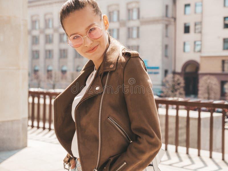 Muchacha de moda hermosa que presenta en la calle imagenes de archivo