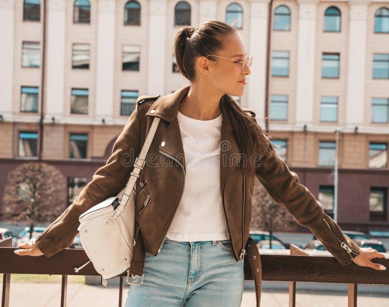 Muchacha de moda hermosa que presenta en la calle imagen de archivo libre de regalías