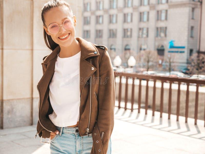 Muchacha de moda hermosa que presenta en la calle fotos de archivo libres de regalías
