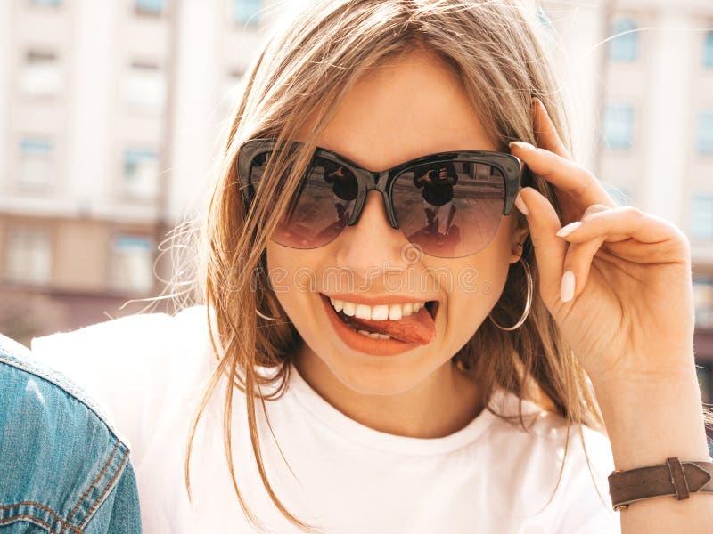 Muchacha de moda hermosa que presenta en la calle foto de archivo