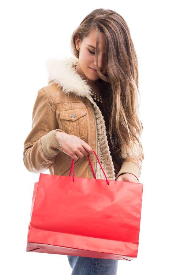 Muchacha de moda que lleva la ropa elegante que hace compras imagen de archivo