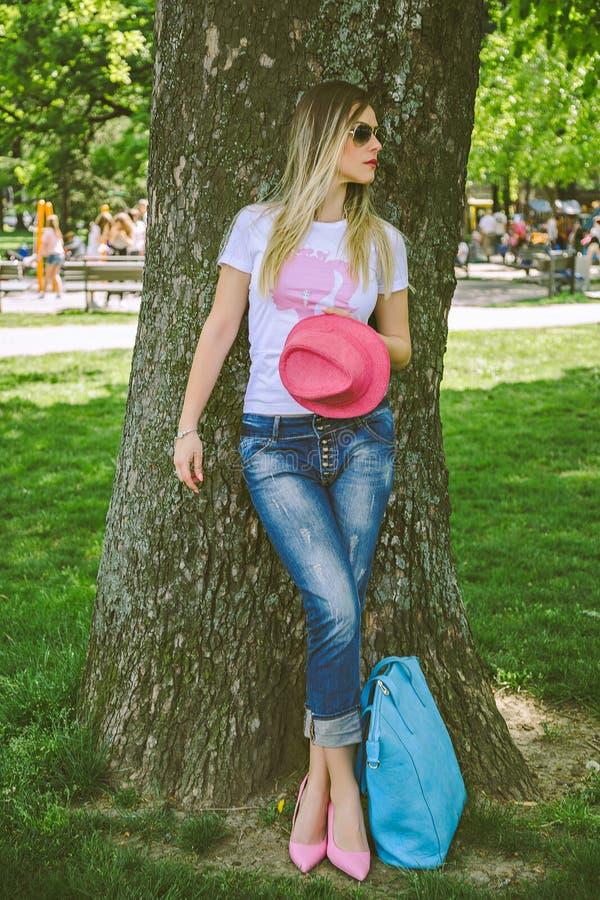 Muchacha de moda que presenta en un parque foto de archivo libre de regalías