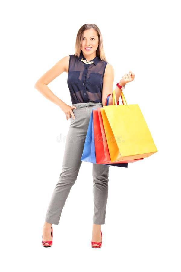 Muchacha de moda que sostiene los panieres foto de archivo