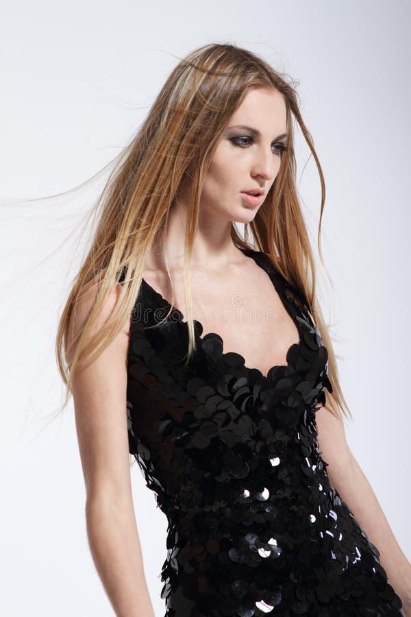 Muchacha de moda rubia hermosa en alineada negra imagen de archivo