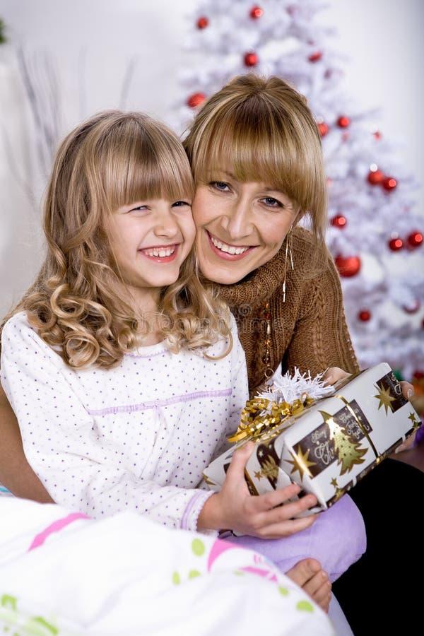 Muchacha de Navidad en cama fotos de archivo libres de regalías