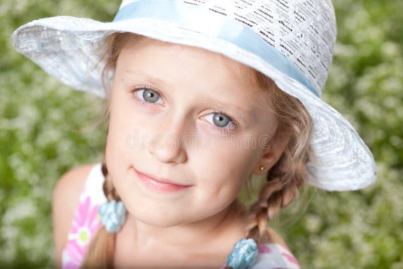 Muchacha de ojos azules encantadora foto de archivo