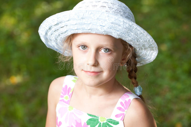 Muchacha de ojos azules encantadora en un sombrero imágenes de archivo libres de regalías