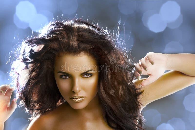 Muchacha de oro con el pelo del vuelo fotos de archivo
