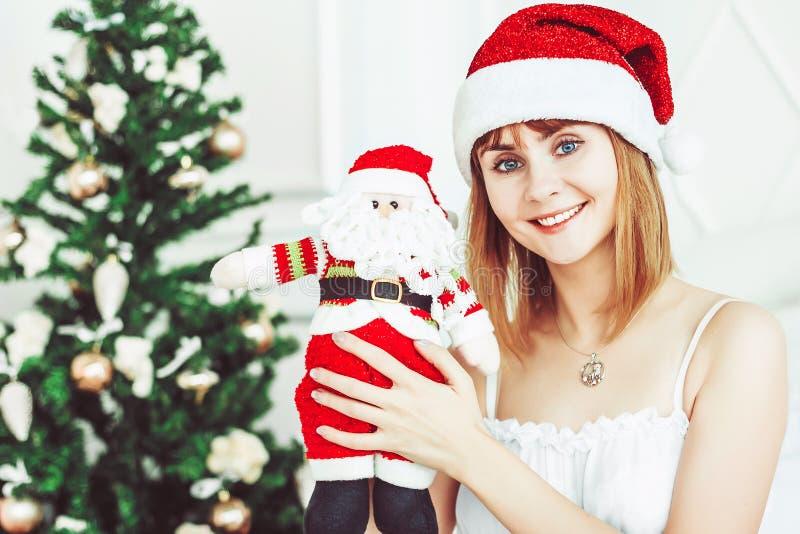 Muchacha de Papá Noel con un juguete fotos de archivo libres de regalías