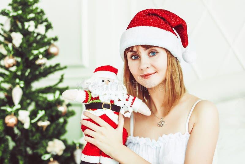 Muchacha de Papá Noel con un juguete foto de archivo
