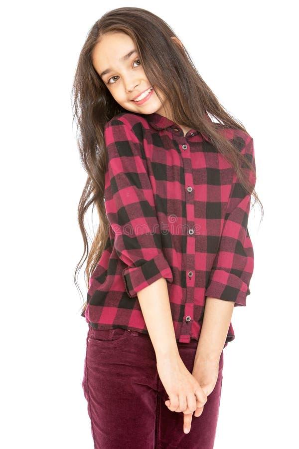 Muchacha de pelo largo encantadora en una camisa de tela escocesa y foto de archivo