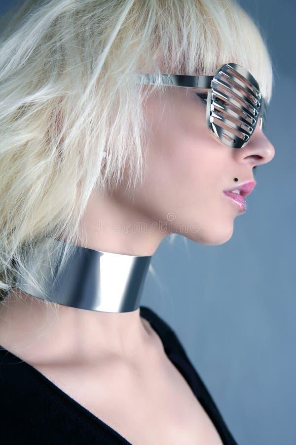 Muchacha de plata futurista de los vidrios de la manera rubia foto de archivo