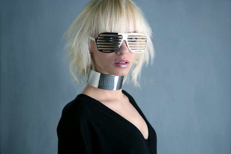 Muchacha de plata futurista de los vidrios de la manera rubia fotos de archivo libres de regalías