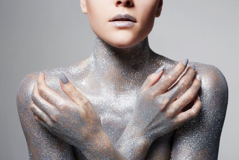 Muchacha de plata Mujer hermosa en chispas foto de archivo