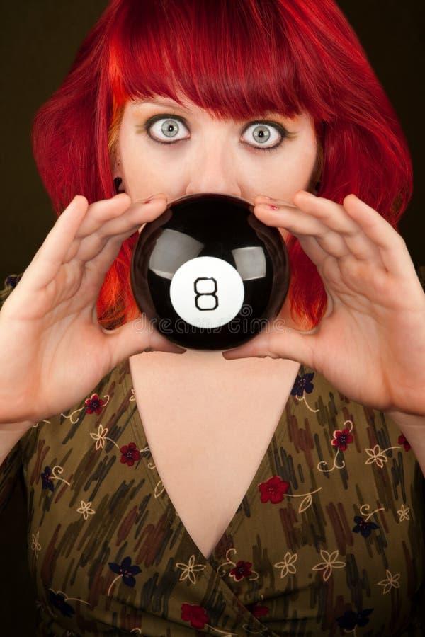 Muchacha de Punky con el pelo rojo con la bola de la predicción fotos de archivo