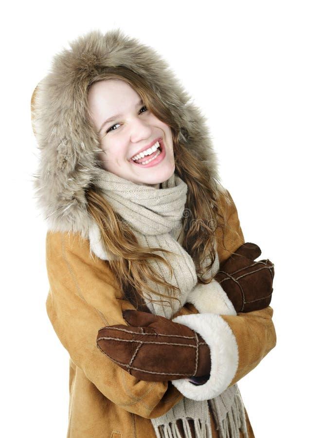 Muchacha de risa del invierno en capo motor imagen de archivo