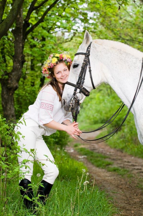 Muchacha de risa en guirnalda floral imagen de archivo libre de regalías
